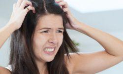 Jeune femme qui se gratte la tête
