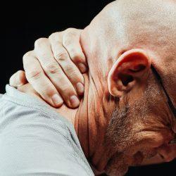 natuurgeneeskundige tips om stijve nekpijn te verlichten