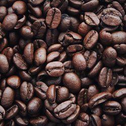 Cafeïne kan interageren met een groot aantal designerdrugs. Cafeïne is aanwezig in verschillende producten en het is noodzakelijk om de interacties ervan te kennen